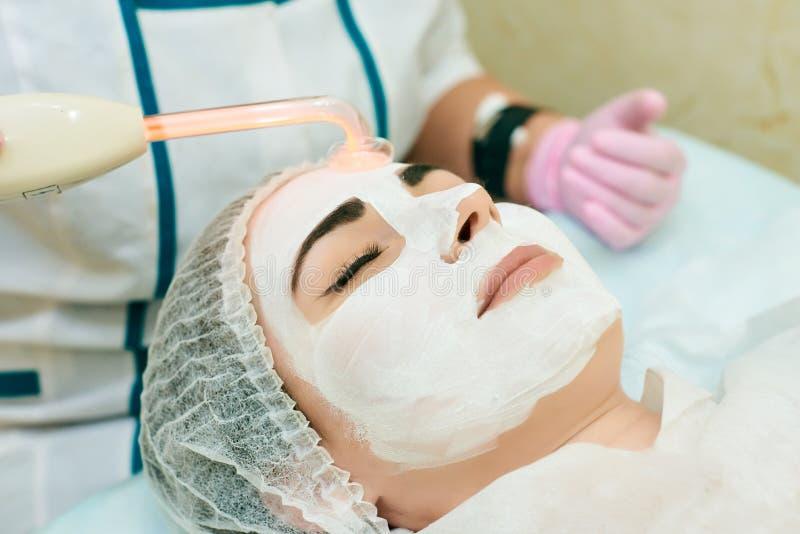 De kosmetiekruimte, behandeling en huid het reinigen met hardware, acnebehandeling stock fotografie