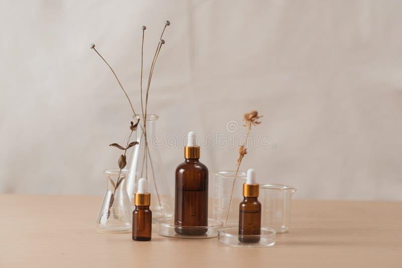 De kosmetische beelden van de flessenvoorraad Bruine kosmetische fles met batcher Flesjes op een witte achtergrond stock afbeelding