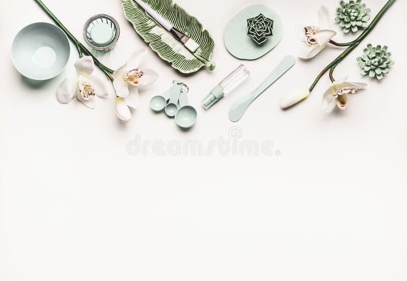 De kosmetische huidzorg of wellness die met moderne hulpmiddelen en toebehoren voor gezichtsmasker plaatsen die, orchidee bloeien stock fotografie