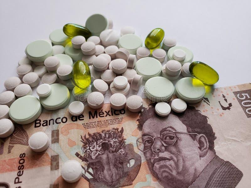 de kosten van geneeskunde, een verscheidenheid van geneesmiddelen en Mexicaans bankbiljet, achtergrond en textuur royalty-vrije stock afbeeldingen