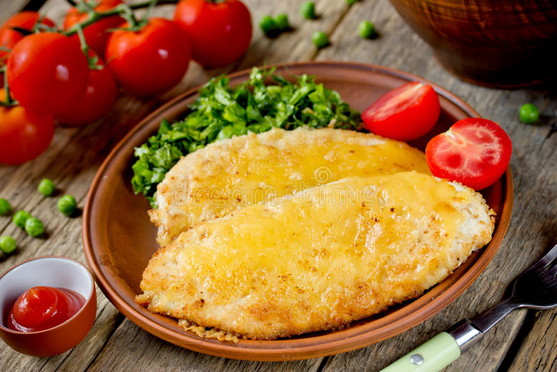 De kotelet of de schnitzel van de kippenkarbonade met kaas en groene salade che royalty-vrije stock fotografie