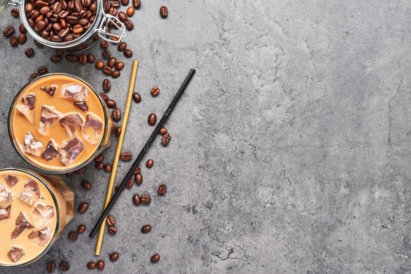 De koude brouwde bevroren koffie in glas royalty-vrije stock fotografie