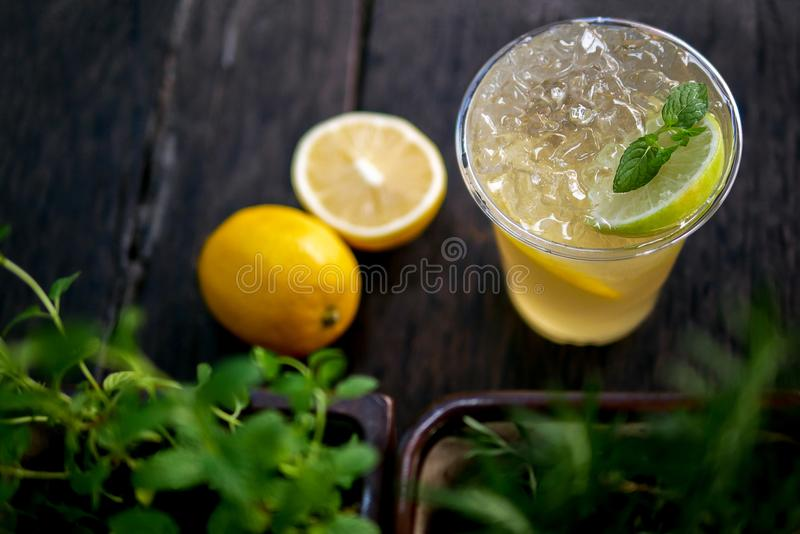De koude brouwt bevroren thee met citroen en pepermunt, de zomer het verfrissen zich royalty-vrije stock afbeelding