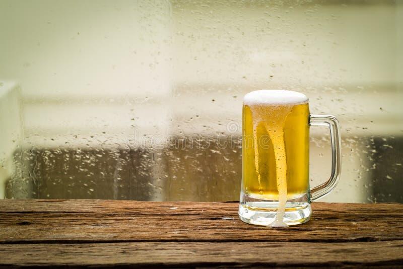 De koude van het glasbier stock fotografie