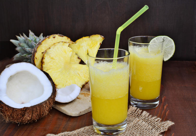De koude verfrissende drank van de ananaskokosnoot mocktail met kalk in glazen stock afbeeldingen
