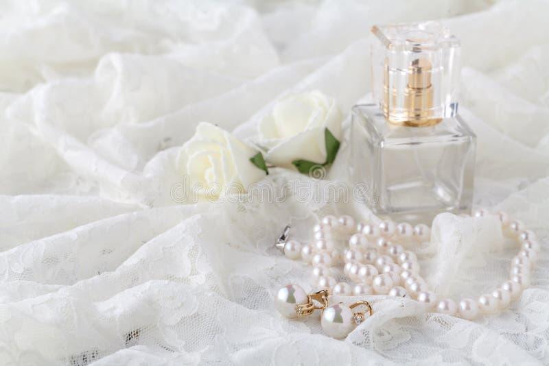 De kouseband van het huwelijkskant en parfum wachtende bruid Selectieve nadruk stock afbeelding