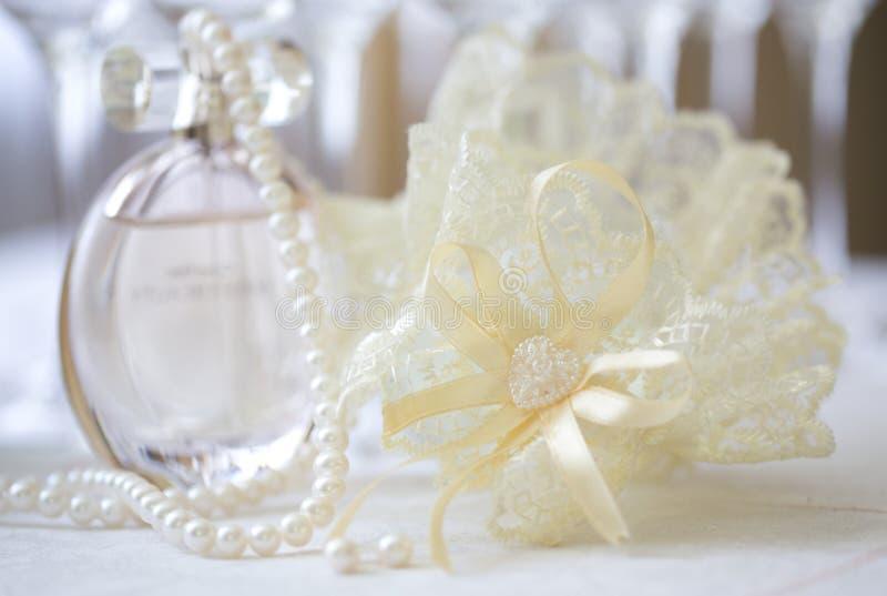 De kouseband van het kanthuwelijk van bruid, koord van parels stock afbeelding