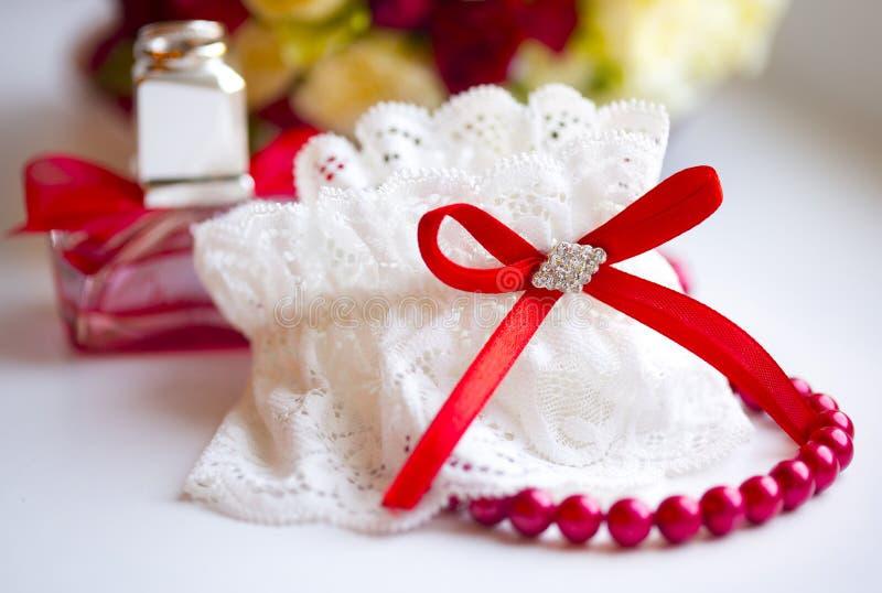 De kouseband van het kanthuwelijk van bruid met rode boog royalty-vrije stock foto's