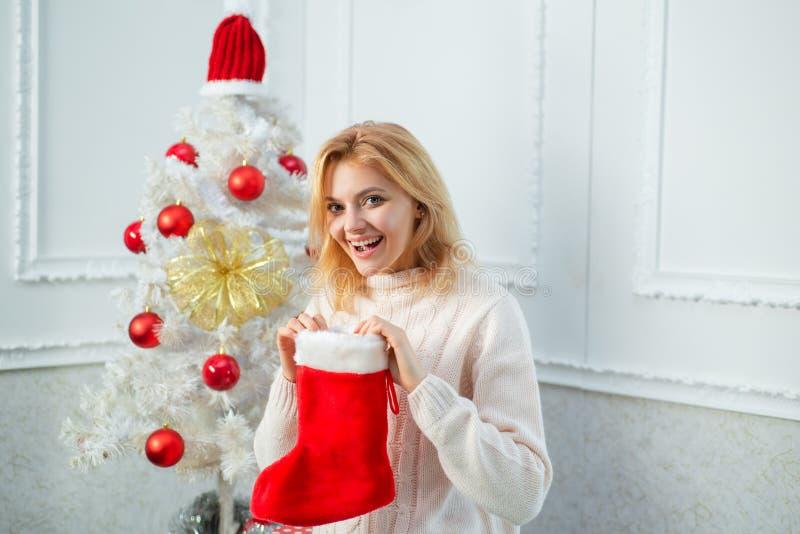De kousen van Kerstmis Gelukkig meisje die nieuw jaar en vrolijke Kerstmis voorbereidingen treffen te vieren Kerstmis, Nieuwjaarv royalty-vrije stock fotografie