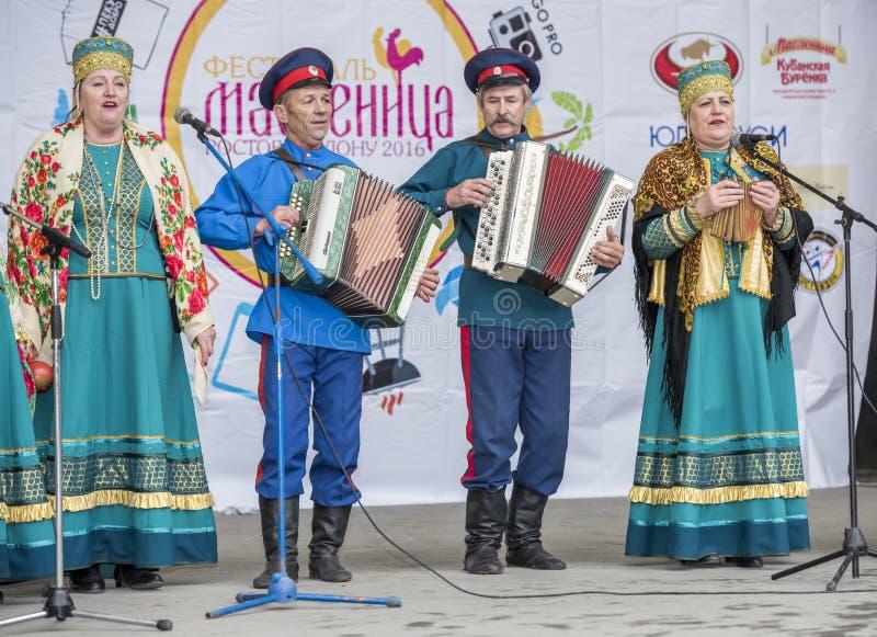 De Kozakken speelden de harmonika, Kozakvrouw het zingen liederen o stock afbeelding