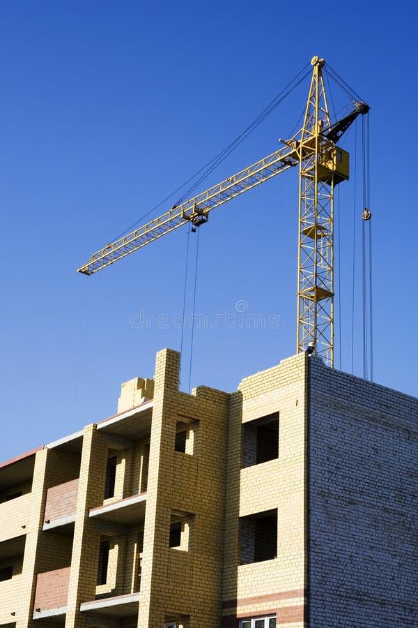 De kraan en het nieuwe gebouw. royalty-vrije stock foto's