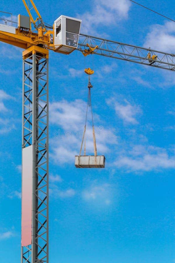 De kraan van de bouwtoren tegen de blauwe hemel stock fotografie