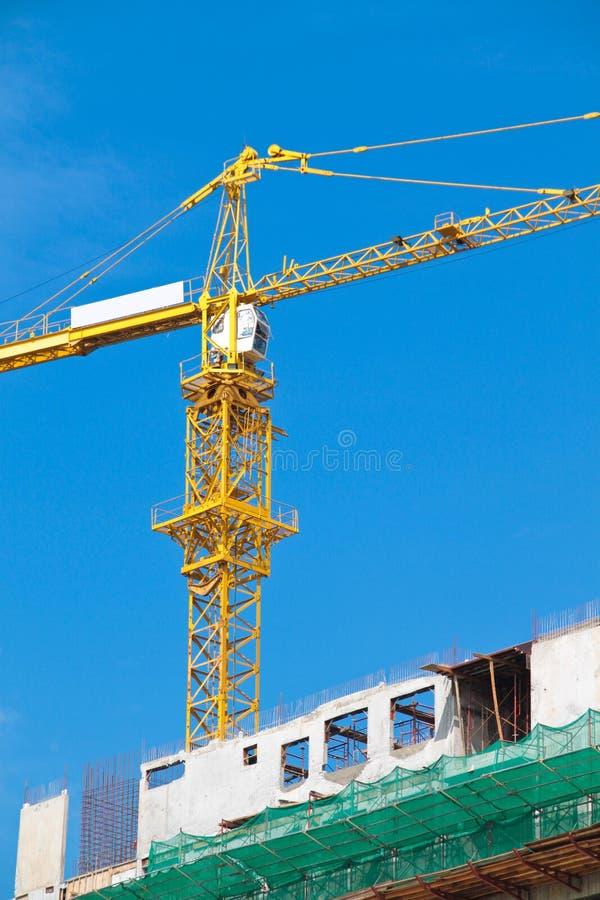 De kraan van de bouw over blauwe hemel. royalty-vrije stock foto's