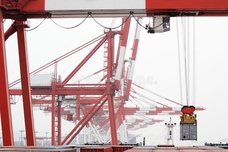 De Kraan van de brug laadt het Schip van de Container royalty-vrije stock afbeelding