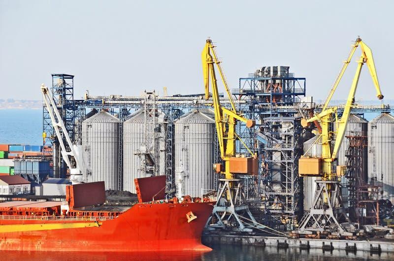 De kraan van de lading, schip en korreldroger royalty-vrije stock afbeeldingen