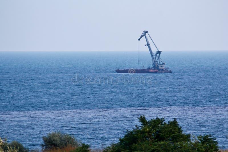 De kraan van de lift in de Zwarte Zee. stock fotografie