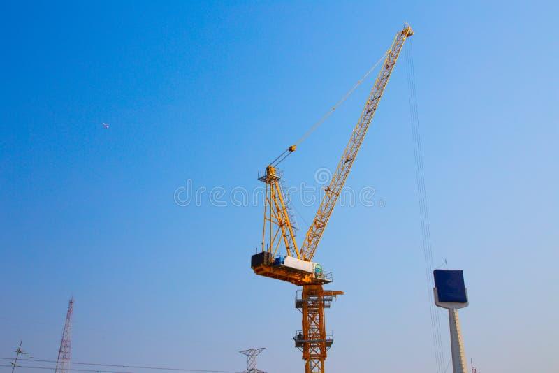 De kraan van de toren in bouwwerf stock foto's