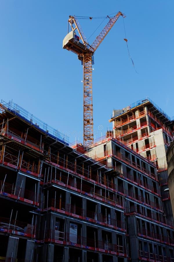 De kraan van de toren en de nieuwe bouw royalty-vrije stock afbeeldingen