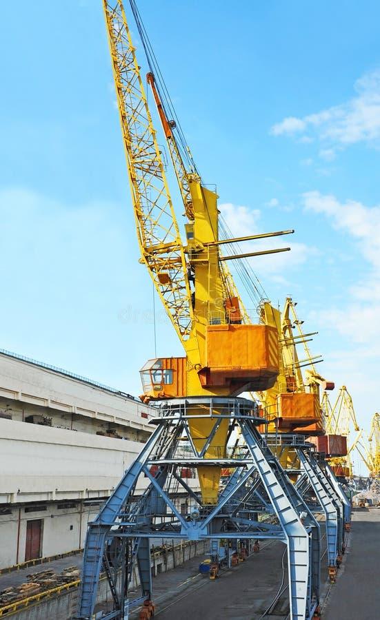 De kraan van de havenlading stock afbeeldingen