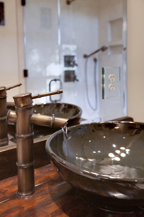 De kraan van het water in moderne badkamers stock afbeeldingen