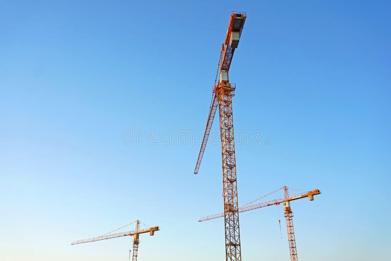 De kraan van de toren tegen blauwe hemel Beeld van onderaan stock foto's