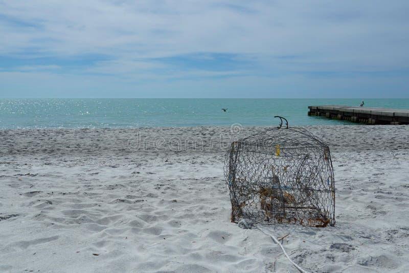 De krabpot waste omhoog op het strand royalty-vrije stock afbeelding