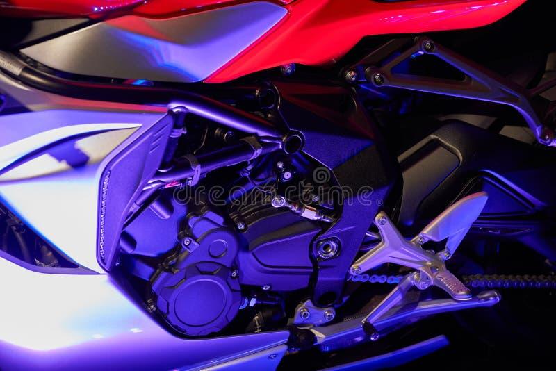 De krachtige motor van een moderne motorfietsclose-up De lay-out van de motor stock foto's