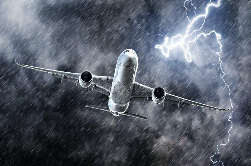 De krachtige staking van de onweersbuibliksem en zware regen in het vliegtuig van de hemelpassagier royalty-vrije stock afbeeldingen