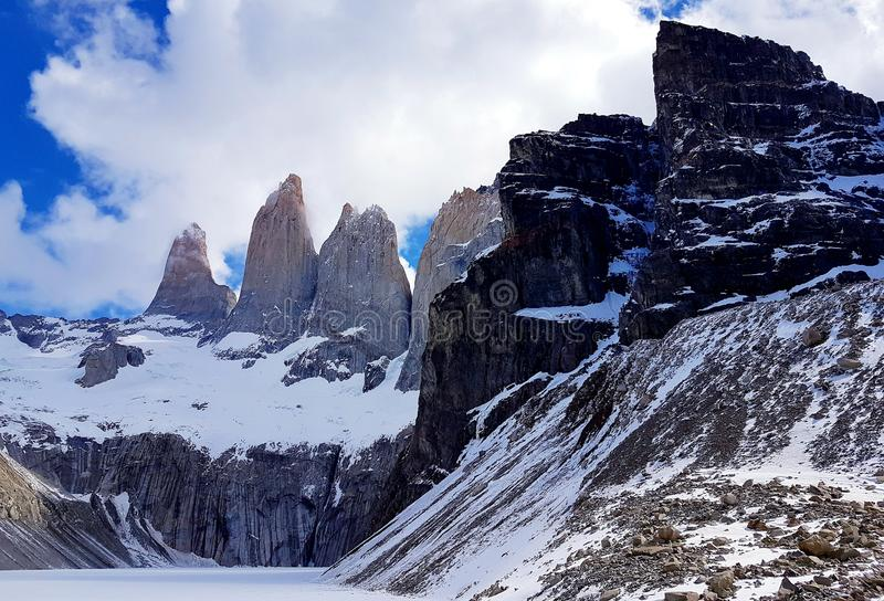 De kraftiga bergen arkivfoto