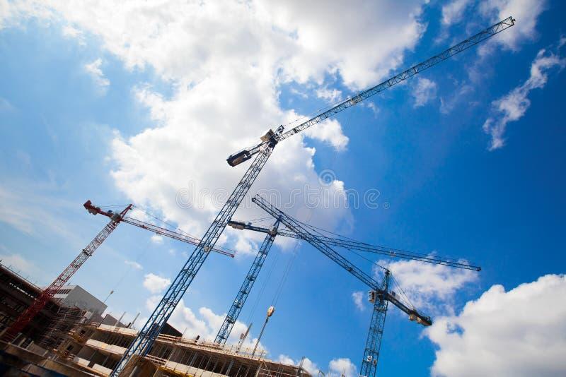 De kranen van de bouw en de onvolledige bouw stock fotografie