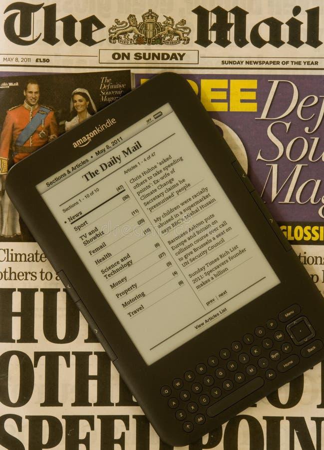 De krant ontsteekt Elektronische e-Lezer royalty-vrije stock afbeelding