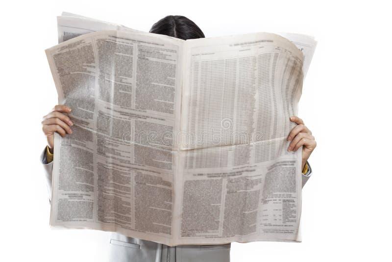 De krant van de vrouwenlezing op witte achtergrond stock afbeeldingen
