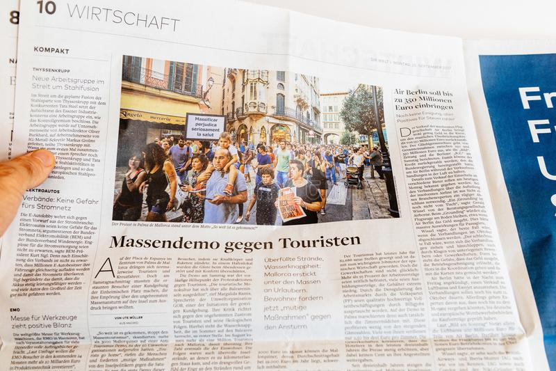 De kranten abour protest van de mensenlezing in Palma de Mallorca stock foto's