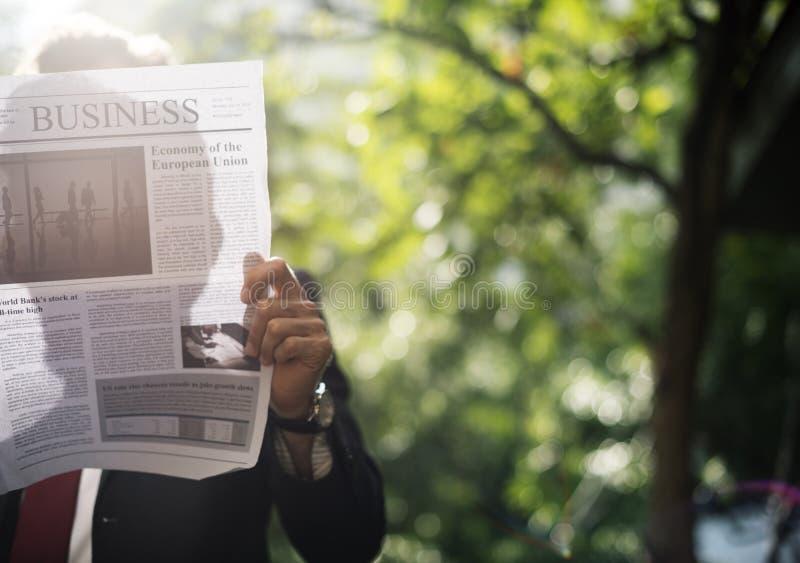 De krantensilhouet van de mensenlezing