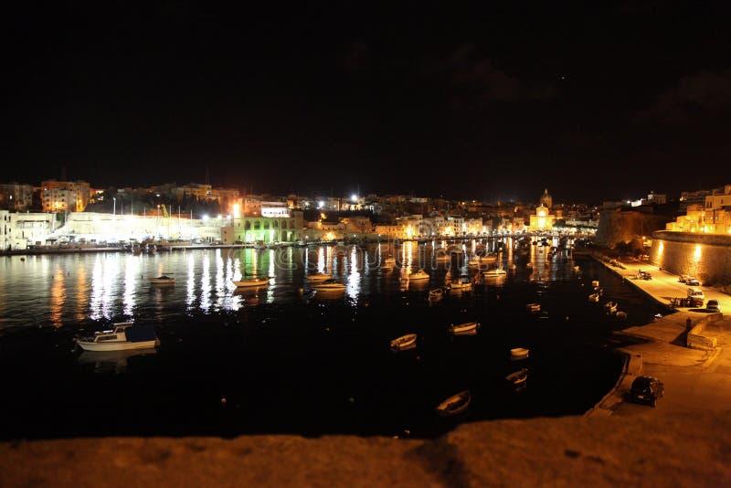 De Kreek van Kalkara bij nacht stock afbeeldingen