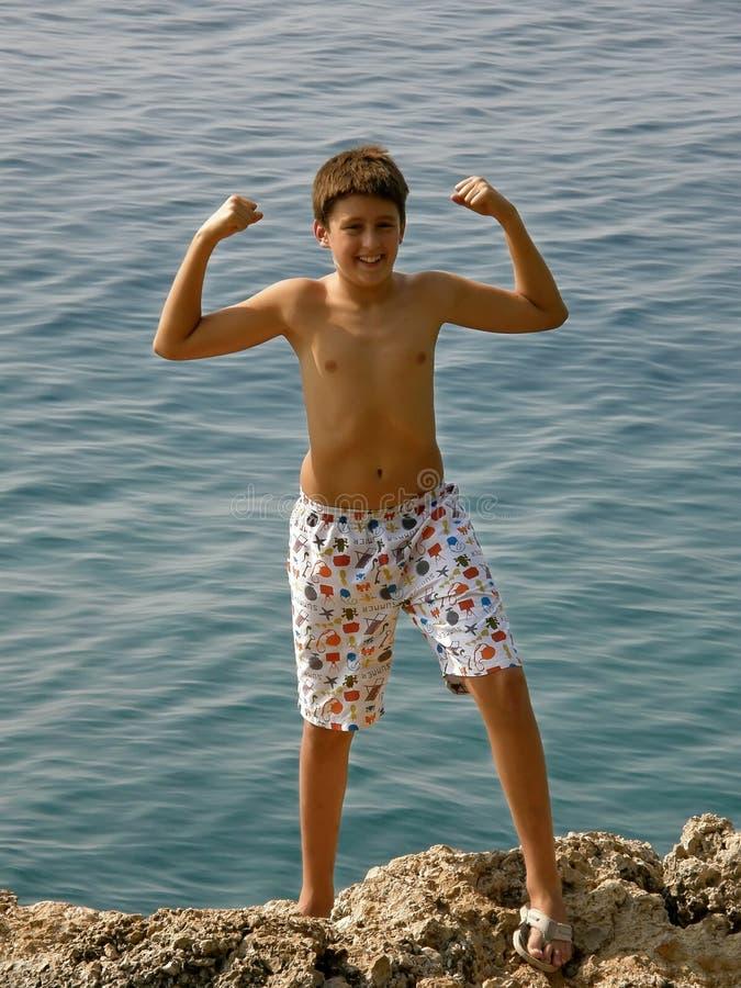 De Kroatische jongen in bikini toont haar sterkte stock foto