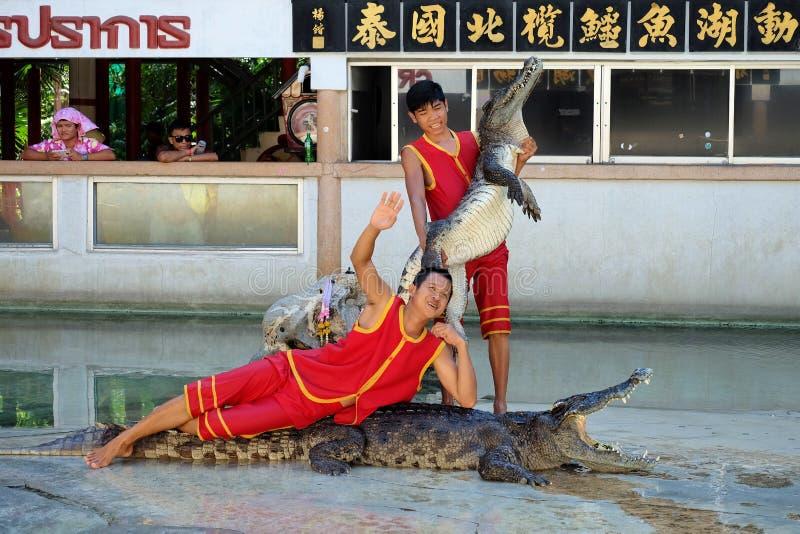 De krokodil toont bij Samutprakarn-Krokodillandbouwbedrijf en Dierentuin stock afbeeldingen