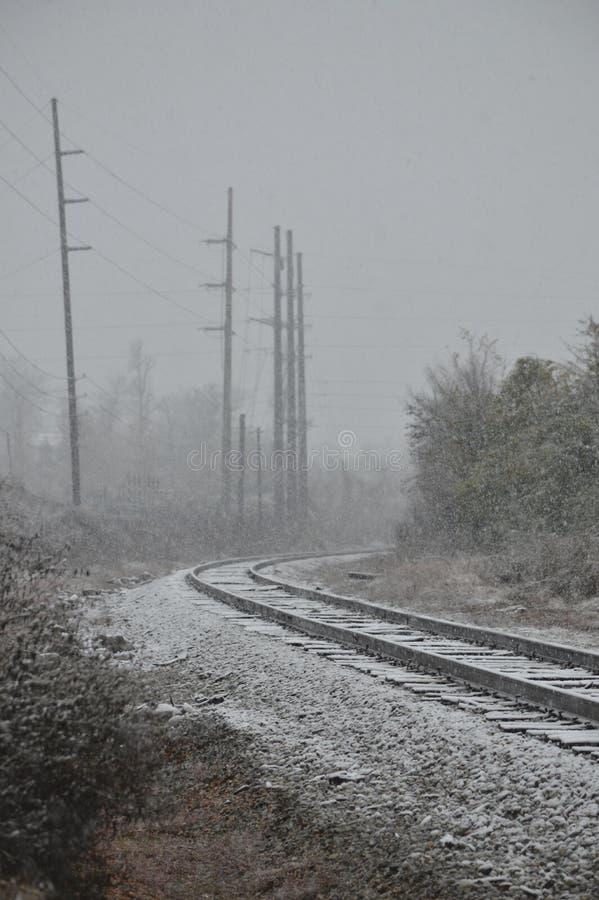 De kromme van de spoorwegsporen op een sneeuwdag royalty-vrije stock fotografie