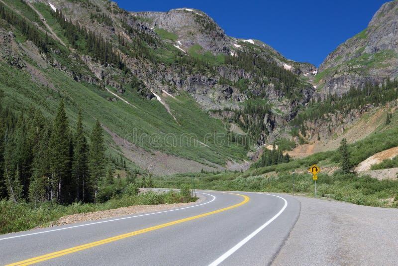 De krommen van de bergweg voor grote bergen in Colorado stock foto