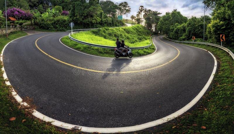 De krommen van de bergweg van de weg dichtbij Phuket in Thailand Phrom T stock foto's