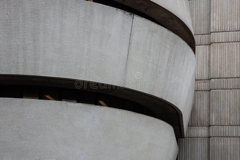 De krommen van een betongebouw gebouwd in de jaren '60 royalty-vrije stock afbeeldingen