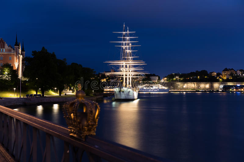 De kroon op Skeppsholmen-brug Stockholm zweden stock fotografie