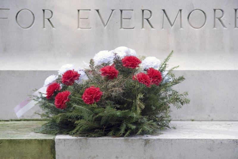 De Kroon van bloemen die bij de Militaire Begraafplaats van de Oorlog in Oosterbeek wordt gelegd royalty-vrije stock foto