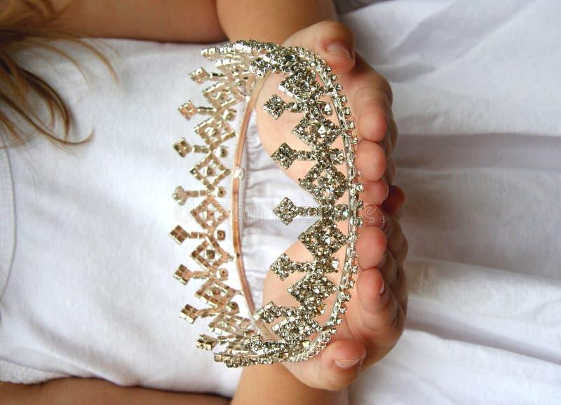 De kroon van de holding royalty-vrije stock foto's