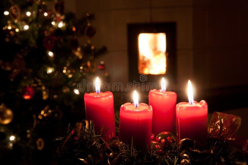 De kroon van de Kerstmiskomst met het branden van kaarsen royalty-vrije stock fotografie