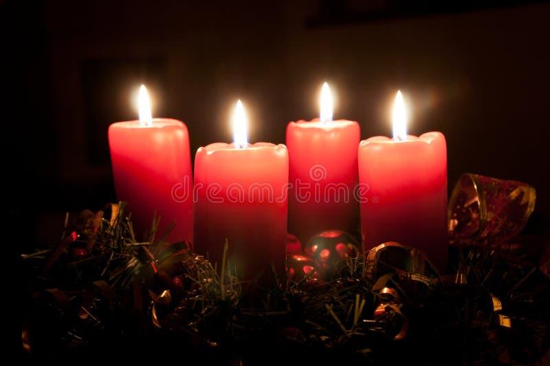 De kroon van de Kerstmiskomst met het branden van kaarsen royalty-vrije stock afbeelding