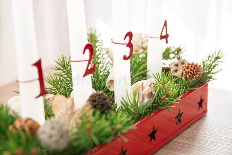 De kroon van de Kerstmiskomst op lijst, derde komst in nadruk stock foto's