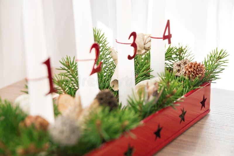 De kroon van de Kerstmiskomst op lijst, vierde komst in nadruk stock afbeeldingen