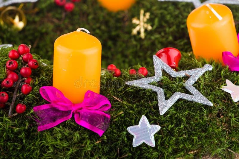 De kroon van de komst met kaarsen stock foto's