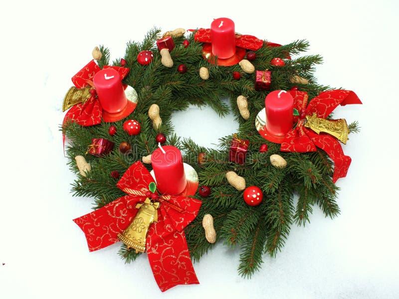 De kroon van de komst met vier Kerstmiskaarsen stock foto